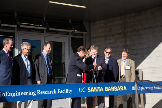 Chancellor Yang and COE Dean Alferness cut the ribbon together