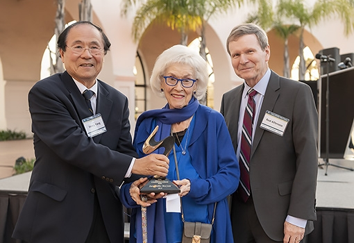 Sara Miller McCune (center) receives the 2019 Venky Narayanamurti Entrepreneurship Leadership Award from (left) UCSB Chancellor Henry T. Yang and College of Engineering Dean Rod Alferness. Photograph by Jeff Liang
