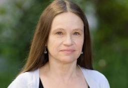 Portrait photo of Linda Petzold