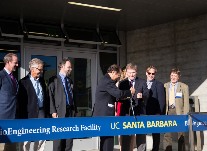 Chancellor Yang and Dean Alferness cut the ribbon of the bioengineering opening